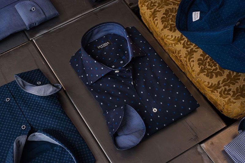 81d5dd482c26c0 ... crema) con i profili che richiamino il colore della camicia e  completare il look con un pantalone chinos e un polacchino sempre sulle  tonalità del blu.