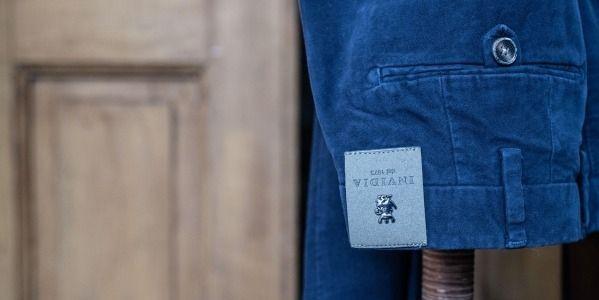 """Come stirare i pantaloni: tutti i segreti per un """"piega e stira"""" da manuale"""